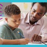 Na imagem, educador está orientando estudante que está escrevendo a lápis em caderno. O Desafio Inova Escola fomenta práticas para tilhar o caminho da inovação.