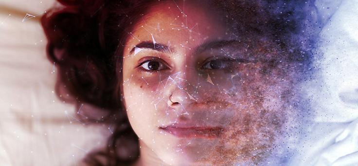 Na imagem, o rosto de uma jovem se funde com elementos do mundo digital para ilustrar pauta sobre como o cérebro humano e o computador de complementam.