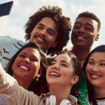 Imagem mostra grupo de jovens tirando selfie