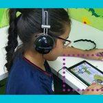 Menina está usando tablet que integra kit do projeto Aula Digital na Sala Parque da Escola Municipal Davison Pereira, em Manaus (AM).