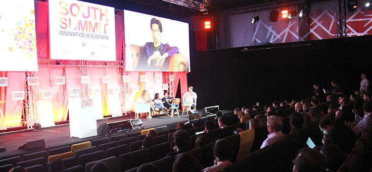 Palco do enligthED tem dois telões grandes e convidados palestrando. Evento mundial debateu como avanço da tecnologia impacta o campo da educação e no mercado de trabalho.