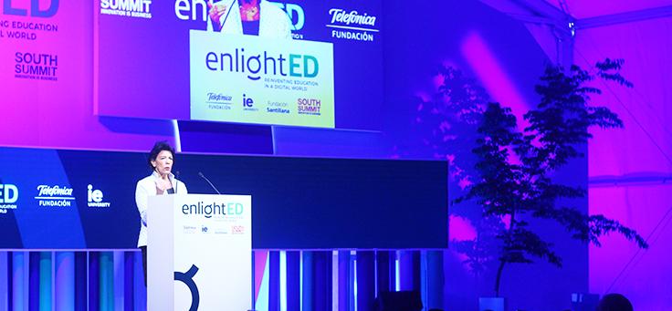 Isabel Celaá, ministra da educação da Espanha, está falando ao microfone no palco do EnligthED, evento mundial que debateu como avanço da tecnologia impacta o campo da educação e no mercado de trabalho.