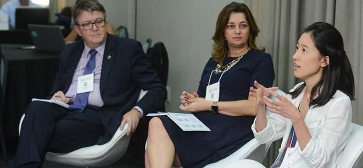 Uma das especialistas está em primeiro plano durante o encontro dos integrantes da rede do Escola Digital, ocorrido em São Paulo.