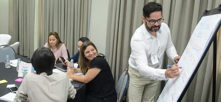 Especialista escreve em quadro durante encontro da rede do Escola Digital ocorrido em São Paulo.