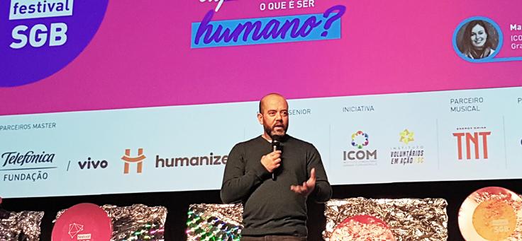 Americo Mattar, diretor-presidente da Fundação Telefônica Vivo, está falando ao microfone durante painel do evento de inovação e tecnologia Social Good Brasil 2019