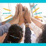 Imagem mostra grupo de pessoas batendo as mãos, como se estivessem comemorando.