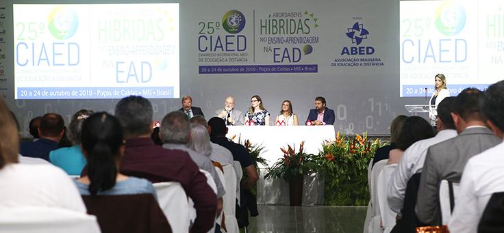 Imagem mostra auditório onde se vê os palestrantes sentados à mesa e a plateia do Congresso ABED 2019