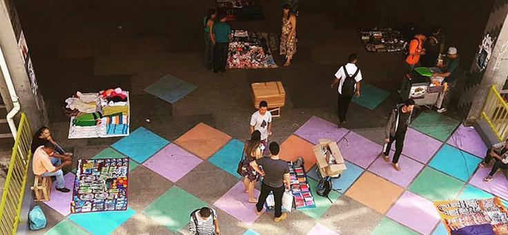 Foto aérea mostram pessoas caminhando em cima de arte feita pelo coletivo MOB, que atua em espaços como praças em Brasília e é uma das iniciativas voluntárias da lista.