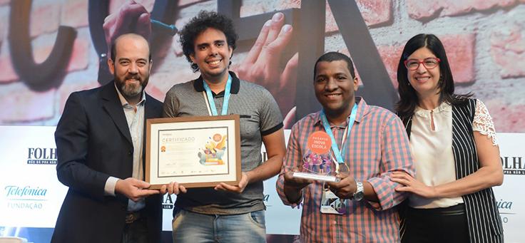 Participantes do Grupo Bastião Atômico posam para foto com certificado e troféu
