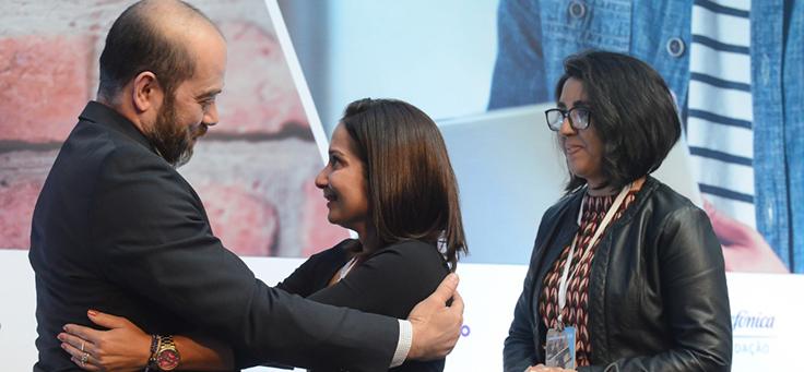 Imagem mostra participantes do grupo Juntos Somos mais Fortes recebendo prêmio de Americo Mattar, Diretor-Presidente da Fundação Telefônica Vivo
