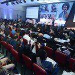 Foto aérea mostra plateia com palco ao fundo do Fórum Inovação Educativa, promovido pela Folha de S.Paulo em parceria com a Fundação Telefônica Vivo.