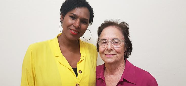 Coordenadora pedagógica Jeilda Pereira usa camisa amarela e a diretora técnica Rosa Martins veste blusa Rosa no CENHA, onde voluntários do Vacaciones Solidárias ensinaram programação para pessoas com deficiência intelectual.
