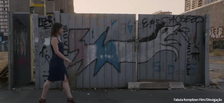 Mulher caminha em frente a parede com grafites em cena de Uma Mulher Fantástica, que está em lista de filmes que debatem direitos humanos.
