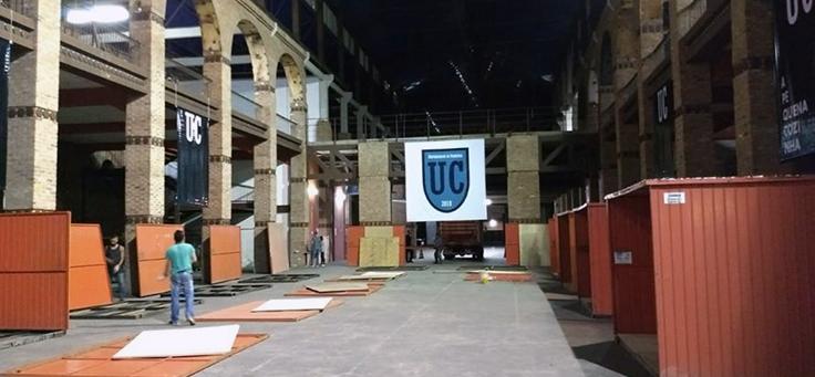 Imagem mostra saguão da Universidade da Correria, iniciativa que contribui para a formação de jovens.