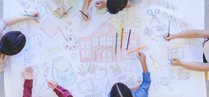 A imagem mostra várias pessoas desenhando em uma folha branca.