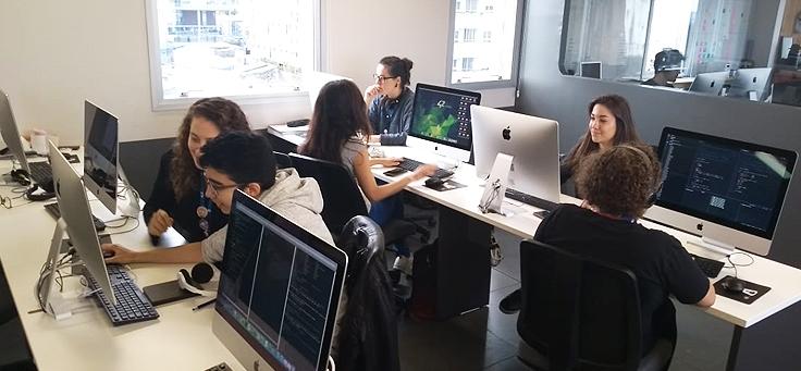 Imagem mostra mulheres dentro da 42 SP mexendo nos computadores