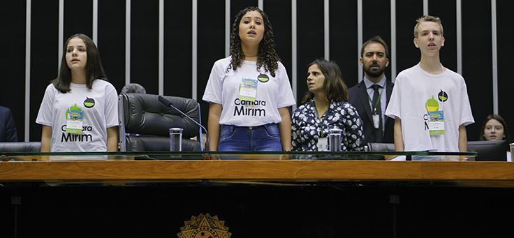 Imagem mostra crianças do projeto Câmara Mirim em uma plenária