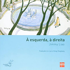 Capa do livro infantil À esquerda, à direita traz uma fonte em destaque. À direita, uma pessoa vestindo capa encara outros dois personagens no lado esquerdo, sendo que um deles está sentado e o outro está andando e encarando de volta.