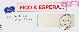 Capa do livro Fico à espera é em formato de carta, trazendo selos dos Correios e no lado direito a cara de um garotinho sorrindo.