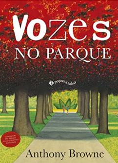 Capa do livro infantil Vozes no parque traz um caminho pavimentado em meio a um gramado e sobre a grama fileiras de árvores com folhas avermelhadas enfileiradas, à esquerda e à direita.