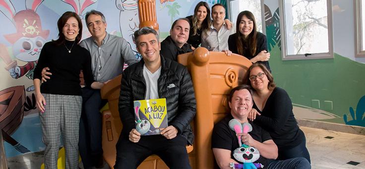 Na imagem, a equipe responsável pela animação As Aventuras de Lelé posa para foto em grupo