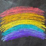 Imagem mostra as cores da bandeira LGBT pintadas de giz em um quadro negro