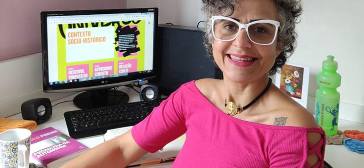 Angela Eça participa da formação sobre Projeto de Vida e metodologia Pense Grande, na Bahia. A professora do Colégio Modelo de Jequié está sorrindo para a foto, usa óculos e blusa rosa, além de ter cabelos curtos encaracolados