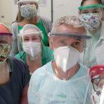 Profissionais da saúde posam para foto usando máscaras de proteção facial
