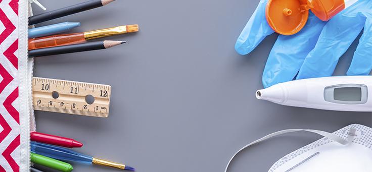 Imagem mostra vários objetos como lápis, régua, pincel e giz dispostos em uma mesa