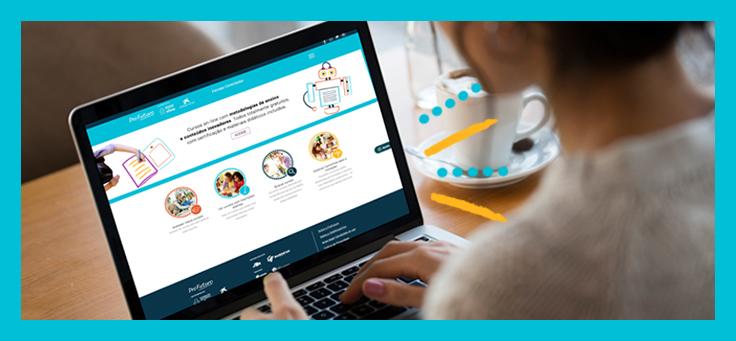 Imagem mostra uma pessoa de costas olhando para um notebook onde na tela se vê a plataforma Escolas Conectadas