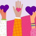 A ilustração mostra 5 braços com mãos, de diferentes tonalidades de cores, segurando corações.