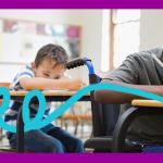 Imagem mostra uma sala de aula com três crianças sentadas em fila, sendo que a primeira delas está em uma cadeira de rodas