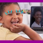 Imagem uma criança sorrindo, com a mão no queixo. À sua frente é possível ver um notebook e na tela a imagem de uma professora sorrindo e apontando para uma lousa com equações matemáticas