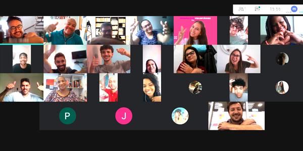 Tela dividida em 18 frames mostra o rosto de voluntários e jovens do Instituto Ana Rosa em sala virtual durante ação da Semana dos Voluntários.