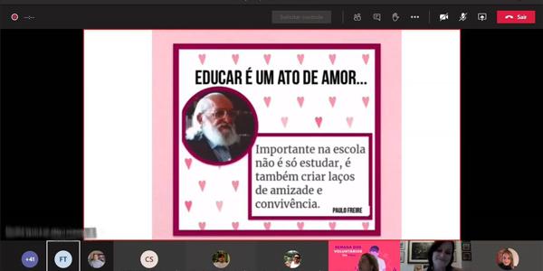 """Tela mostra slide sobre o rosto de Paulo Freire acompanhado da frase """"Educar é um ato de amor"""" durante oficina a distância na Escola Municipal República da Colômbia na Semana dos Voluntários."""