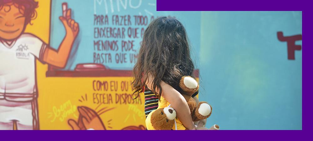 Livro Menino Invisível ocupa muro em Brasília para democratizar a leitura
