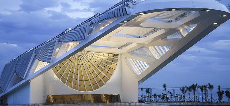 Na foto, destaca-se o prédio do Museu do Amanhã, um projeto arquitetônico espanhol Santiago Calatrava, construído no Rio de Janeiro