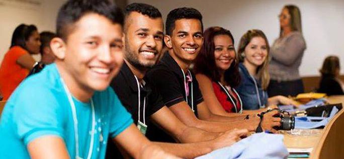 Felipe Matos (garoto do meio da foto) conta sua iniciativa para destacar a riqueza do Vale do Jequitinhonha