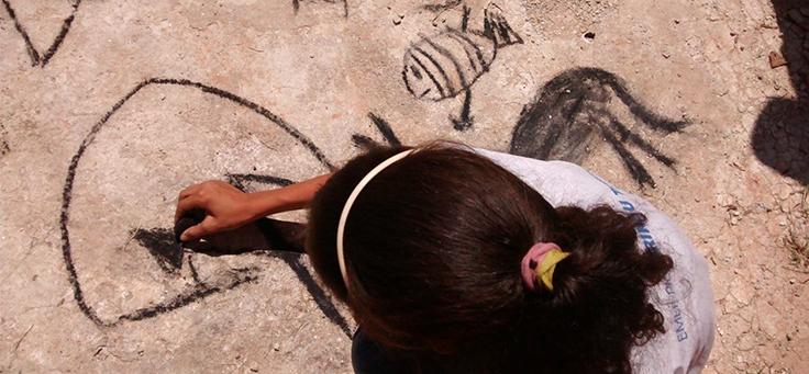 Crianças fazem pintura com carvão na Escola Estadual Professor Irineu Tobias