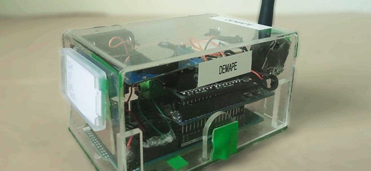 Os estudantes usaram na produção do dispositivo o Arduíno, uma placa de prototipagem eletrônica de hardware livre, que facilita o acesso à robótica