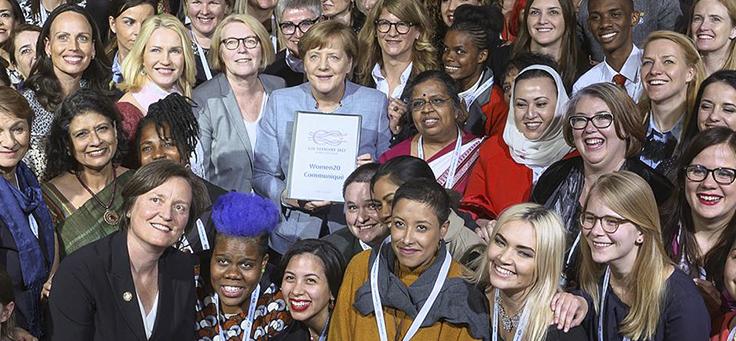 Buh em foto ao lado da chanceler Angela Merkel, durante evento do G20 em Berlim