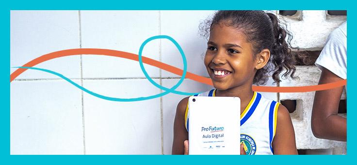 Imagem mostra menina de uniforme escolar sorrindo segurando um tablet onde se vê o logotipo do Profuturo Aula Digital