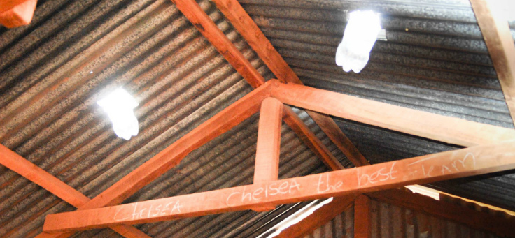 A solução da lâmpada diurna, inventada Alfredo Moser, consiste em encher garrafas PET com água e água sanitária ou cloro e instala-las no telhado. A luz solar incide sobre o líquido e, por refração na água (fenômeno que ocorre quando a luz troca seu meio de propagação e muda de direção) ilumina o ambiente. A garrafa fornece a mesma quantidade de luz que uma lâmpada de 55 watts, e não produz emissão de carbono.