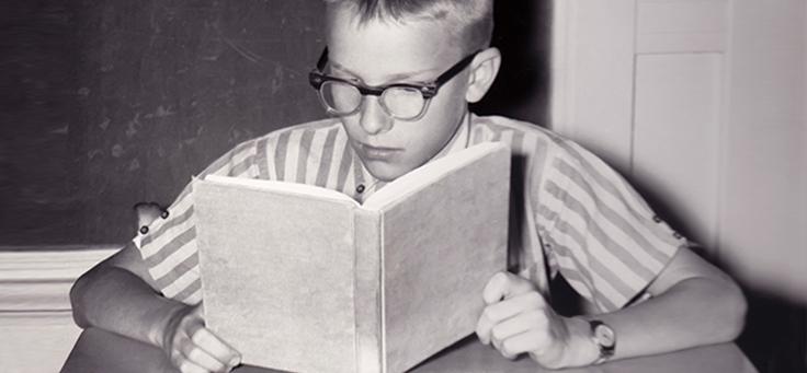 Garoto lendo caderno foto antiga