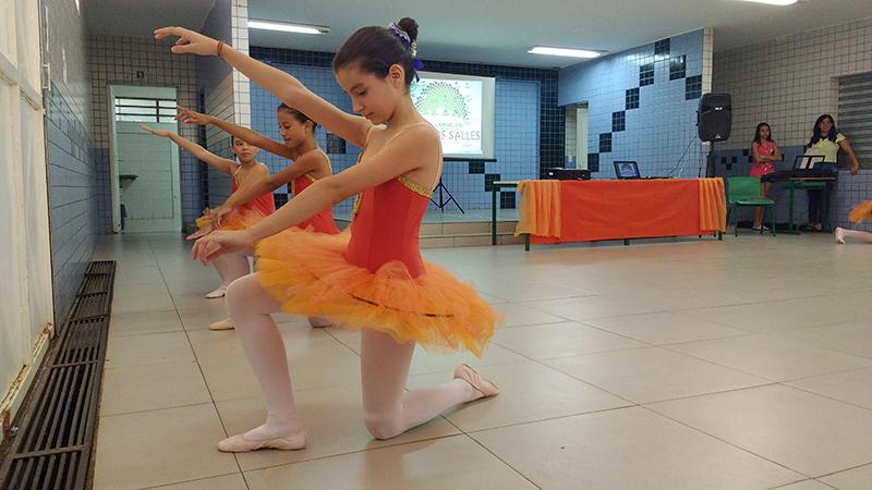 Bailarinas dançam na festa de 60 anos da Campos Salles