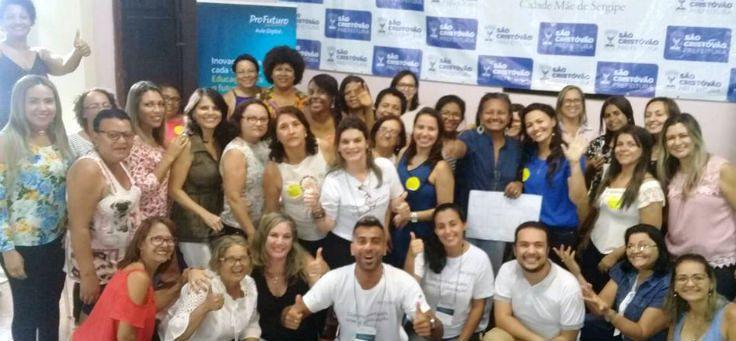 Posam para foto os participantes da oficinas sobre inovação educativa que fazem parte da etapa inicial de formação do Projeto Aula Digital, iniciativa global da Fundação Telefônica e Fundação ProFuturo.