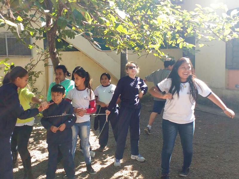 Crianças brincam com corda no páteo da escola
