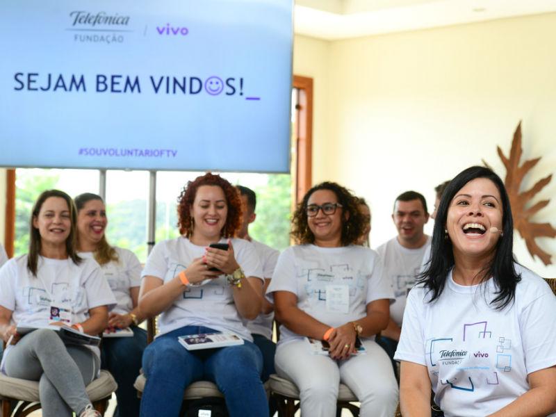 Colaboradores do programa de voluntariado sorriem para foto no encontro de governança