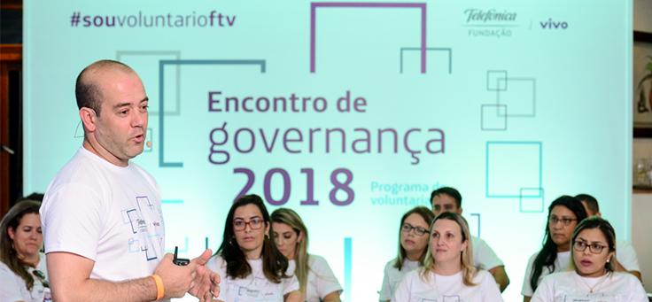 Presidente da Fundação Telefônica Vivo, Americo Mattar, fala com colaboradores