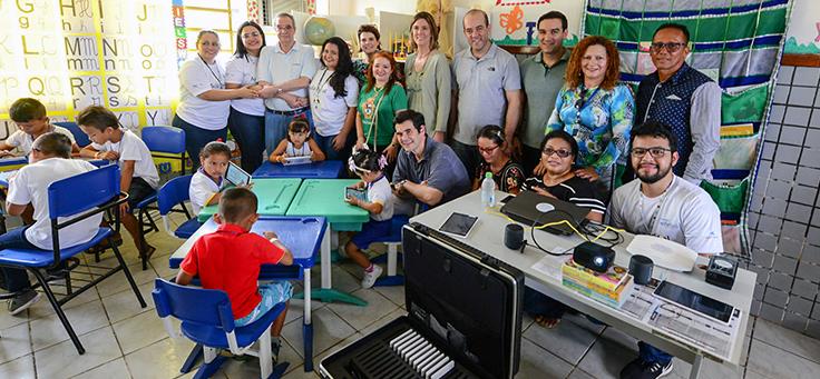 Executivos da Fundação Telefônica Vivo ,alunos e funcionários posam para foto em visita a Manaus pelo Projeto Aula Digital